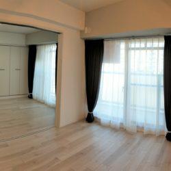 濃色のカーテンが空間を引き締めます。居間