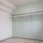 洋室 クローゼット代わりに使える収納棚です。